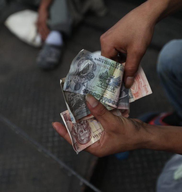 Migrantes revisan el poco dinero que llevan para su viaje hacia una nueva vida, pero primero deben pasar los obstáculos en las fronteras de México y EE. UU. (Foto Prensa Libre: Óscar Rivas)