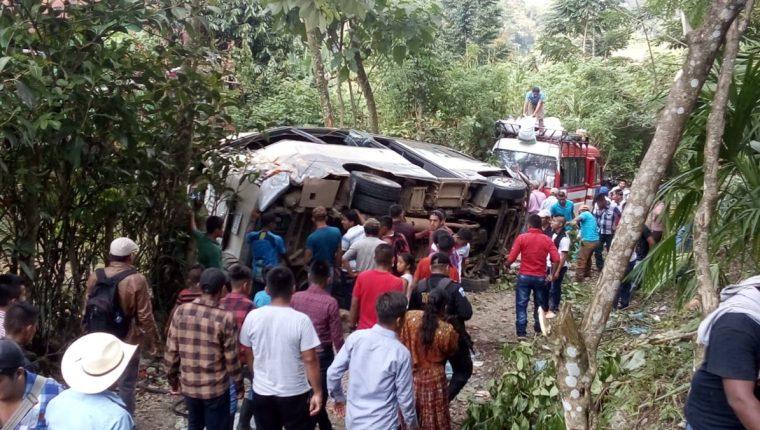En el kilómetro 248.4, en la curva de Chajmacán, ruta de Cobán a Chisec, Alta Verapaz, ocurrió un accidente de bus. (Foto Prensa Libre: Eduardo Sam)