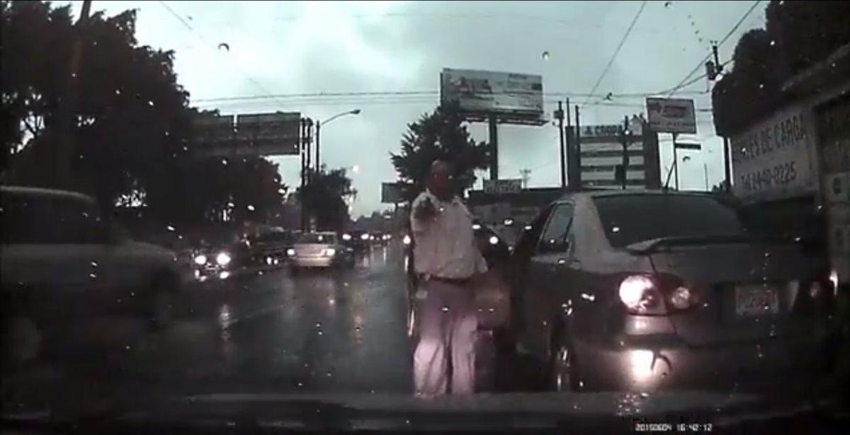 Piloto muestra un arma a otro por incidente de tránsito