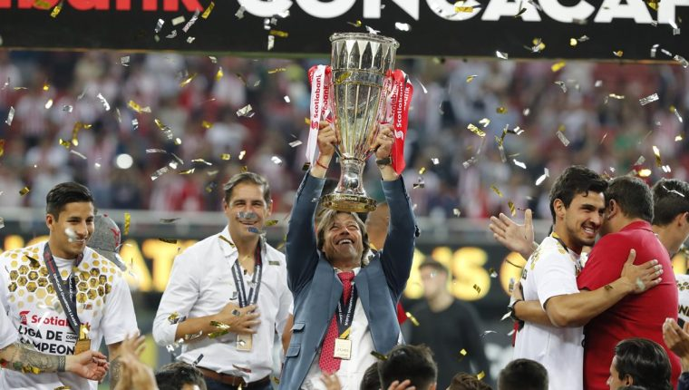 El técnico argentino Matías Almeyda ayudó a Chivas a conquistar el título de la Concacaf. (Foto Prensa Libre: AFP)