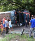 Al menos 15 personas resultaron heridas al volcar un bus extraurbano de los transportes Esmeraldas en el kilómetro 64 de la ruta a Sipacate, Escuintla. (Foto Prensa Libre: Enrique Paredes)