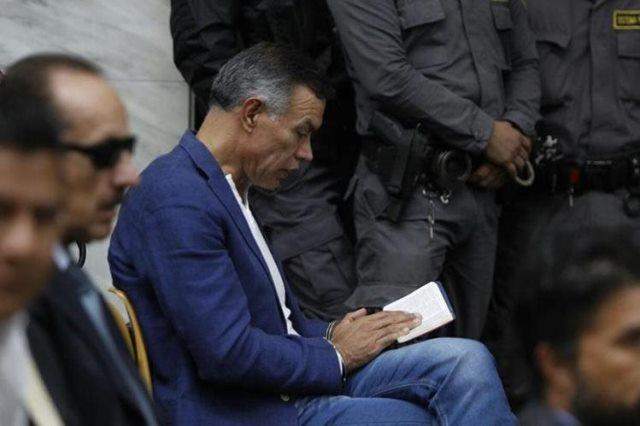 Juan de Dios Rodríguez lee la Biblia mientras espera la audiencia en la Sala de Vistas de la CSJ. (Foto Prensa Libre: Hemeroteca PL)