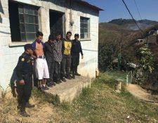 Los cinco presuntos secuestradores fueron detenidos en San Pedro Ayampuc.(Foto Prensa Libre:cortesía)
