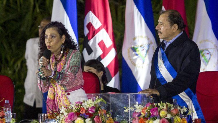 Daniel Ortega junto a su esposa Rosario Murillo durante los actos de toma de posesión en Managua, Nicaragua. (Foto Prensa Libre: EFE).
