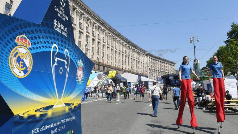Las calles de Kiev ya palpitan el ambiente de la final de la Champions League entre el Real Madrid y el Liverpool. (Foto Prensa Libre: AFP)