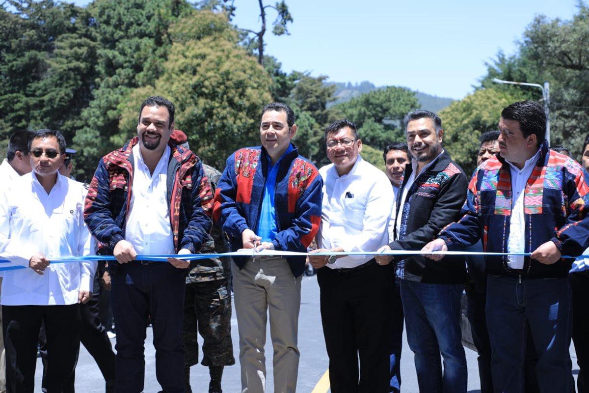 Jimmy Morales y el ministro de Comunicaciones, José Benito, inauguran el proyecto de reposición de carretera en Totonicapán. A su izquierda, los diputados oficialistas Marcos Yax y Javier Hernández. (Foto Prensa Libre: Hemeroteca PL