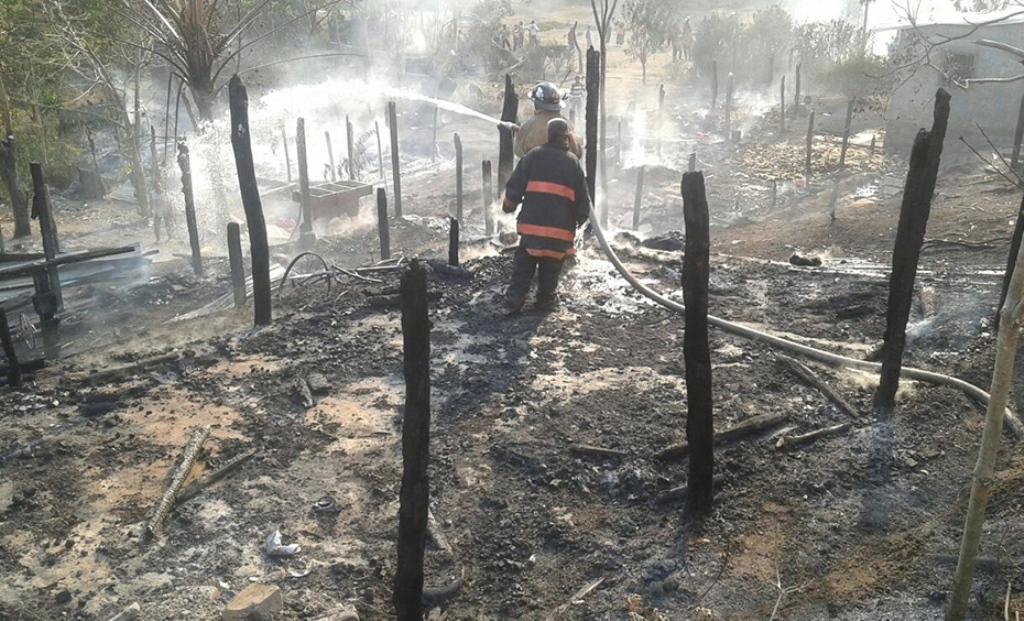 Incendio destruye ocho viviendas en San Luis
