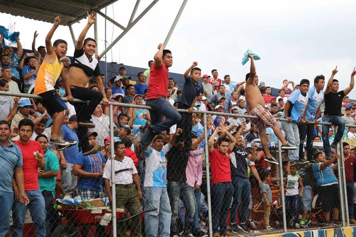 Los aficionados de Santa Lucía Cotzumalguapa celebraron el pase a las semifinales. (Foto Prensa Libre: Carlos Paredes)