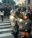 Agentes antimotines llegaron al lugar para dispersar a los vendedores molestos. (Foto Prensa Libre: Estuardo Paredes)