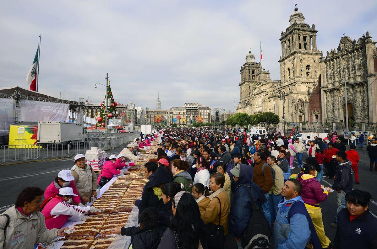 Cientos de personas en el Zócalo de la ciudad de México acuden a adquirir la tradicional Rosca de Reyes. (Foto: AFP)