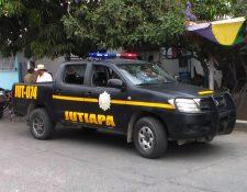Agentes policiales resguardan lugar donde un hombre murió a golpes, en Santa Catarina Mita, Jutiapa. (Foto Prensa Libre: Óscar González)