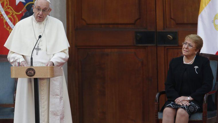 El papa Francisco junto a la mandataria chilena, Michelle Bachelet, durante un encuentro con autoridades, la sociedad civil y el cuerpo diplomático. (Foto Prensa Libre: EFE)