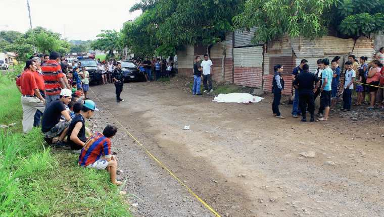Agentes de  la PNC examinan escena del crimen en la zona 3 de la cabecera de Escuintla, donde murió una mujer. (Foto Prensa Libre: Carlos Enrique Paredes)