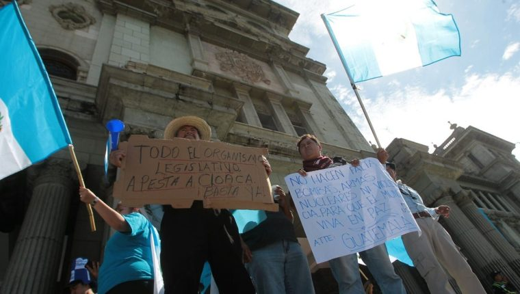 Sectores califican de victoria ciudadana la renuncia del presidente Otto Pérez Molina. (Foto Prensa Libre: Alvaro Interiano)