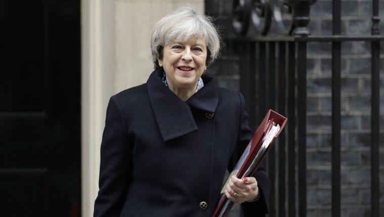 La primera ministra británica, Theresa May, sale del Parlamento tras una indagatoria. (Foto Prensa Libre: AP)