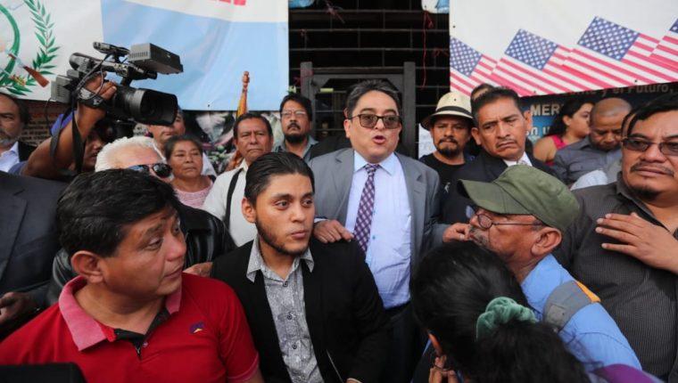 Diferentes sectores de derechos humanos realizan un plantón frente a la Corte de Constitucionalidad en espera que se resuelva lo relacionado a la situación del jefe de Cicig, Iván Velásquez. (Foto Prensa Libre: Érick Ávila)
