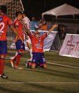 Miguel Farfan (de rodilla) celebra el gol de la apertura para Xelajú MC contra los Cremas. (Foto Prensa Libre: Érick Ávila)