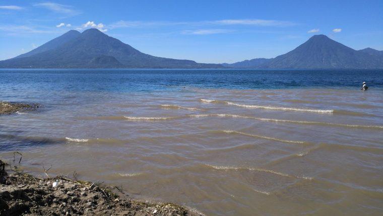 Lago de Atitlán es un referente para el turismo, pero su paisaje se deteriora debido a la contaminación. (Foto Prensa Libre: Ángel Julajuj)