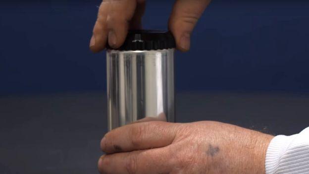 Este nuevo sistema permite enfriar el líquido en su interior cuando el consumidor lo desee. THE JOSEPH COMPANY INTERNATIONAL