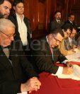 El rector de la Universidad de San Carlos, Estuardo Gálvez firma el acuerdo con la asociación EPA, observa el cardenal Rodolfo Quezada el 29 de septiembre de 2010. (Foto: Hemeroteca PL)