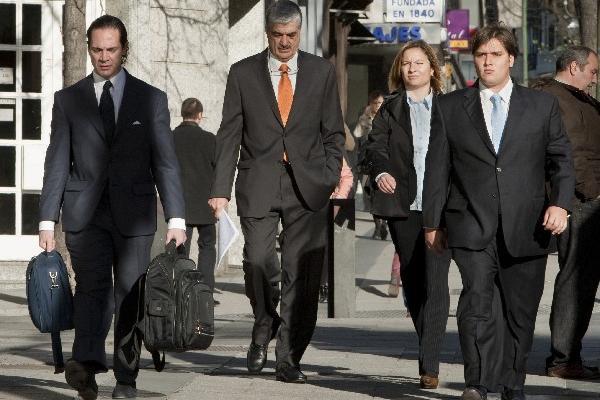 Carlos Vielmann -corbata naranja- enfrentará juicio en enero por acusaciones de ejecuciones extrajudiciales. (Foto Prensa Libre: Hemeroteca PL)