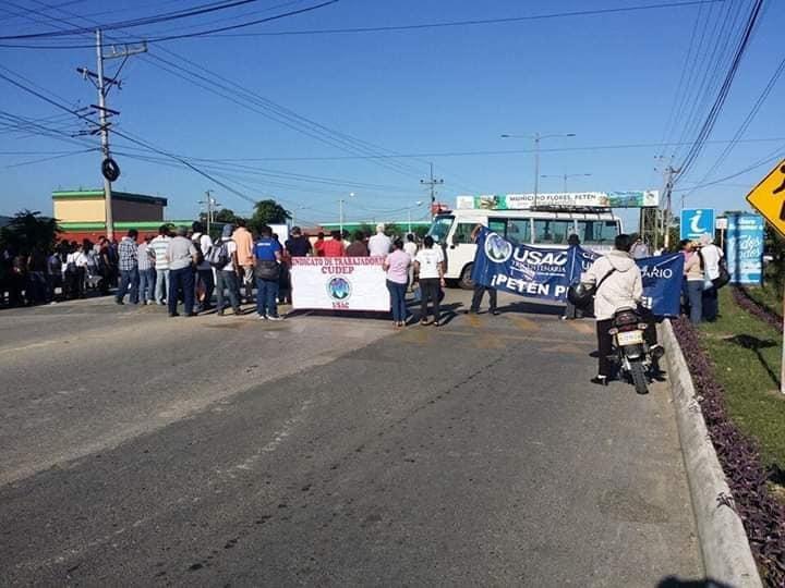 Sancarlistas de Petén bloquean el paso hacia Tikal. (Foto Prensa Libre: Dony Stewart)