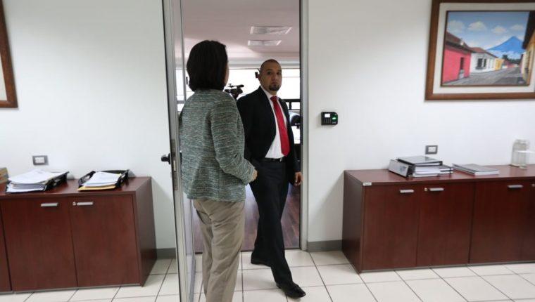 Juan Francisco Solórzano Foppa, en su despacho esta mañana, antes de ser despedido. (Foto Prensa Libre: Álvaro Interiano)