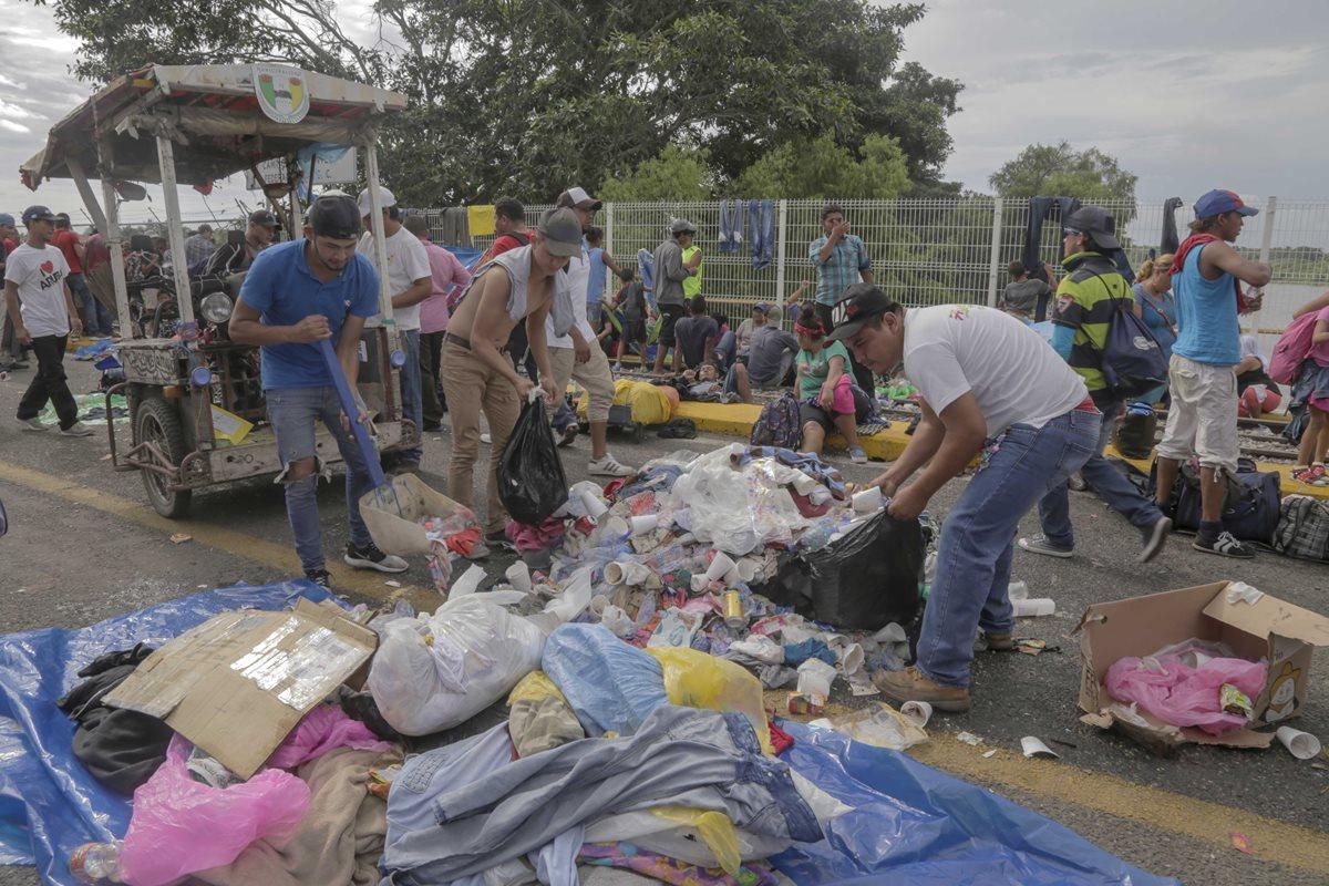 En el puente fronterizo Rodolfo Robles han sido recogidas varias toneladas de basura en los últimos 15 días. (Foto Prensa Libre: Rolando Miranda).
