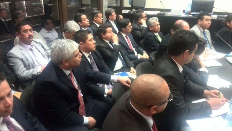 Trujillo —segundo de izquierda a derecha en la fila de enmedio— se presenta voluntariamente al Juzgado de Mayor Riesgo B. (Foto Prensa Libre: Jerson Ramos)