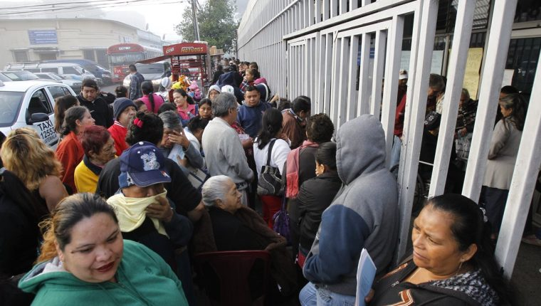 Expertos consideran que a corto plazo se debe garantizar el abastecimiento de medicamentos en toda la red de servicios de salud. (Foto Prensa Libre: HemerotecaPL)