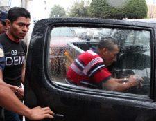 Dos de los capturados en Lanquín ingresan a un autopatrulla de la PNC. (Foto Prensa Libre: Eduardo Sam).