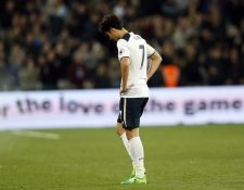 Son Heung-min del Tottenham, se lamenta después de perder contra el West Ham, resultado que los deja lejos del título. (Foto Prensa Libre: AP)