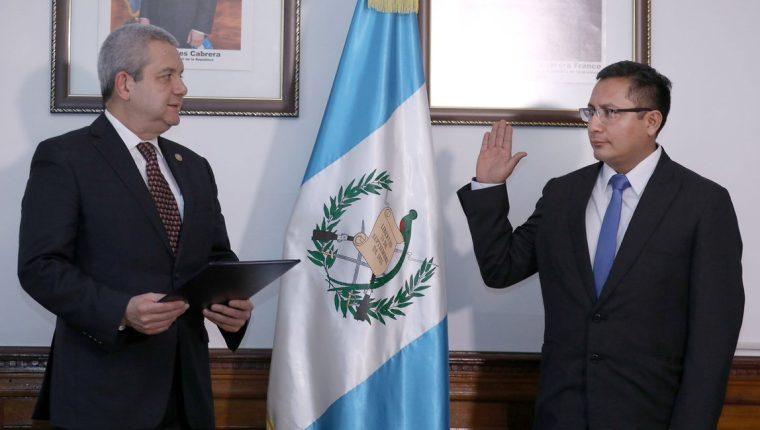 El secretario general de la Presidencia, Carlos Martínez, juramentó a Julio César Quemé Macario como gobernador de Quetzaltenango. (Foto Prensa Libre: Secretaria General)