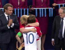 Kolinda Grabar, presidenta de Croacia, abraza a Luka Modric durante la premiación. (Foto Prensa Libre: Twitter)