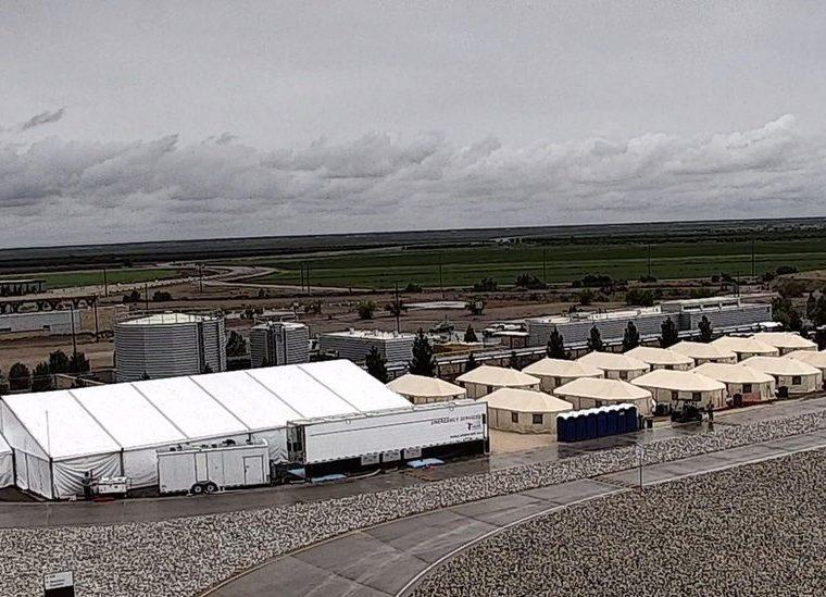 Tiendas de campaña levantadas para albergar niños migrantes en Tornillo, Texas. (Foto Prensa Libre: BBC Mundo).