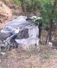 Picop accidentado en Río Hondo, Zacapa, en el que viajaban tres personas que murieron. (Foto Prensa Libre: Víctor Gómez)
