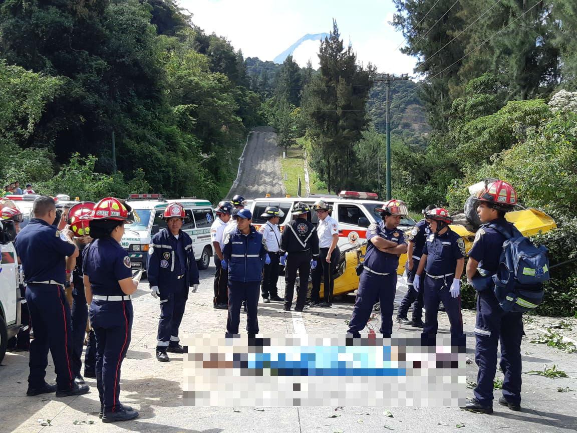 Accidente registrado en el km 38 en la bajada de Las Cañas. (Foto Prensa Libre: Cortesía).