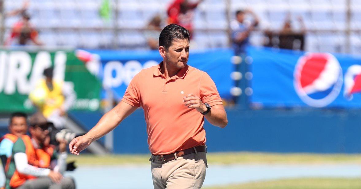 El técnico costarricense Ronald González, calificó de agresión la jugada en la que Carlos Castrillo sale fracturado en un choque contra Felipe Baloy. (Foto Prensa Libre: Carlos Vicente)