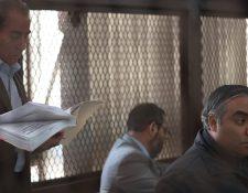 """El abogado Marco Rossell -izquierda- protestó desde la carceleta debido a que """"se violó"""" el secreto profesional entre cliente y abogado. (Foto Prensa Libre: Carlos Hernández)"""