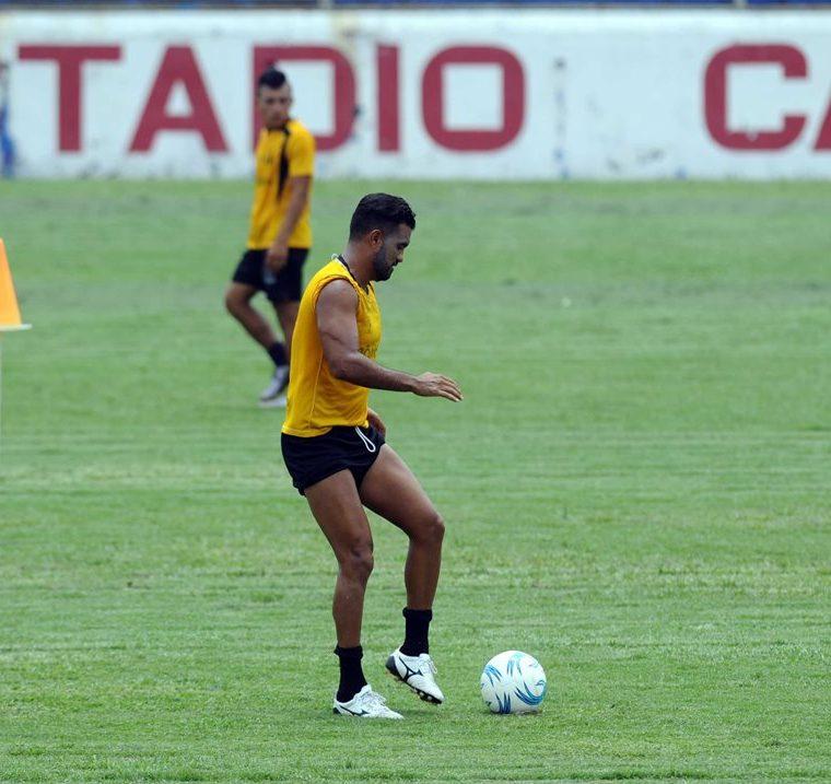 Erwin Morales, defensa de Suchi realiza un entrenamiento en el estadio Carlos Salazar, hoy 9-5-2017, donde el próximo miércoles recibirá a Comunicaciones, en el juego de ida de la fase de reclasificación del torneo Clausura 2017 de la Liga Nacional. (Foto Prensa Libre: Francisco Sánchez).