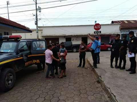 Agentes de la PNC, personeros de la PGN y PDH trasladan a los menores al Hospital Nacional de Jutiapa. (Foto Prensa Libre: PNC)
