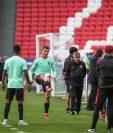 Cristiano Ronaldo es el centro de atención en la Copa Confederaciones, Su entrenador Fernando Santos confía en él. (Foto Prensa Libre: EFE)