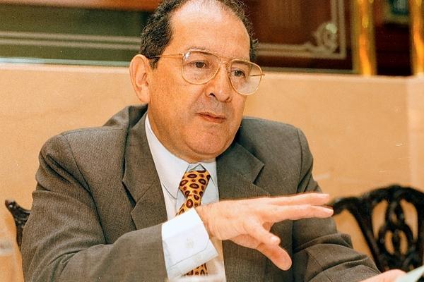 José Molina Calderón, presenta en su columna Se autoriza a cancelar deuda inglesa. (Foto, Prensa Libre: Hemeroteca PL).