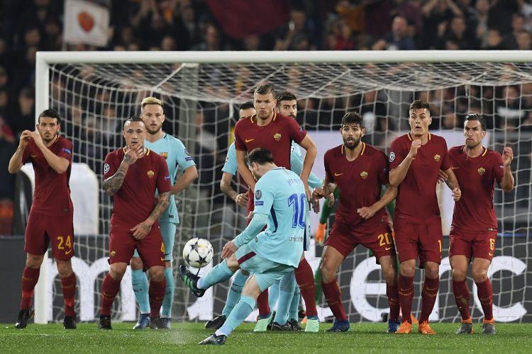 Lionel Messi intenta superar con un tiro libre a la barrera de la AS Roma. (Foto Prensa Libre: AFP)