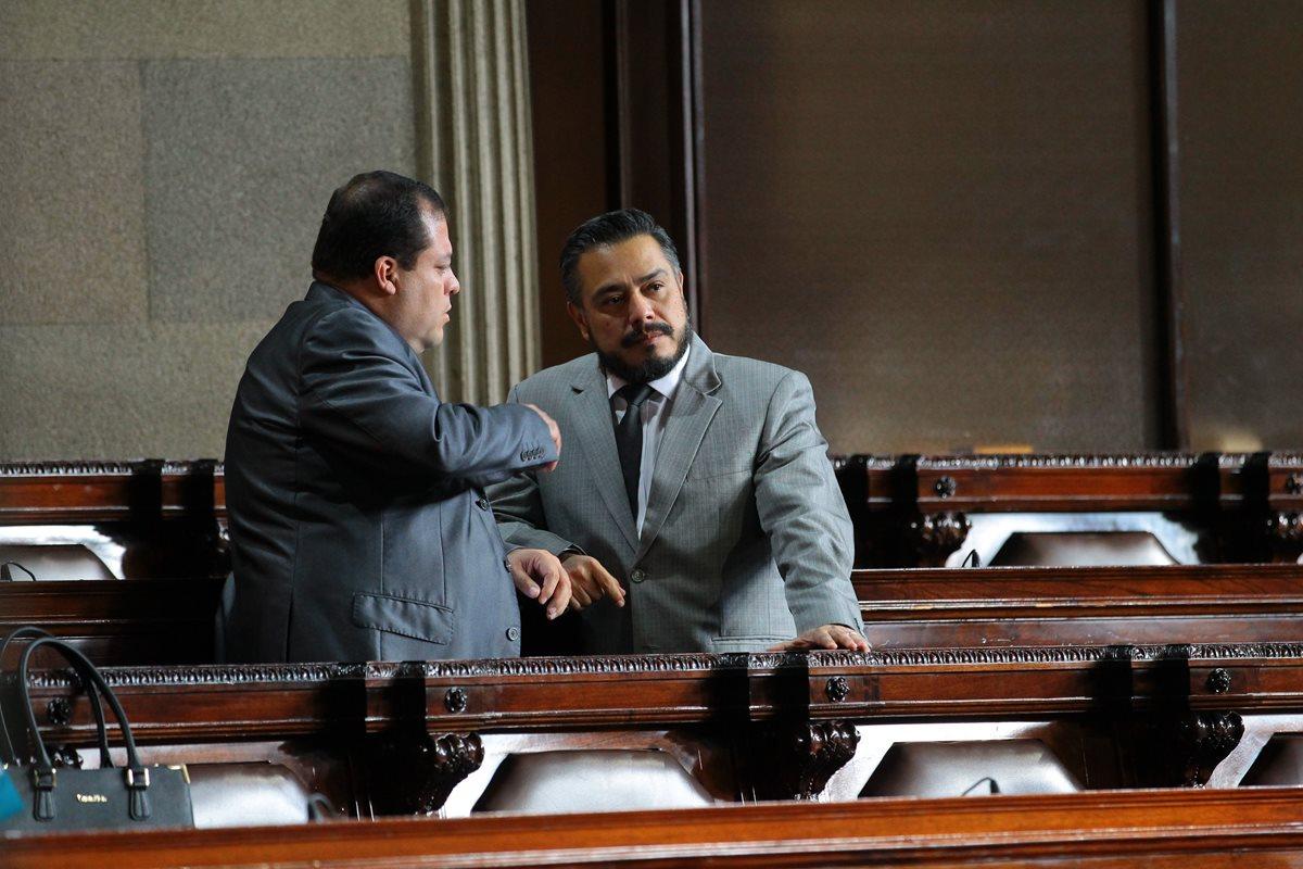 El diputado Julio Juárez conversando con Javier Hernández, jefe de la bancada FCN-Nación. (Foto Prensa Libre: Hemeroteca PL)