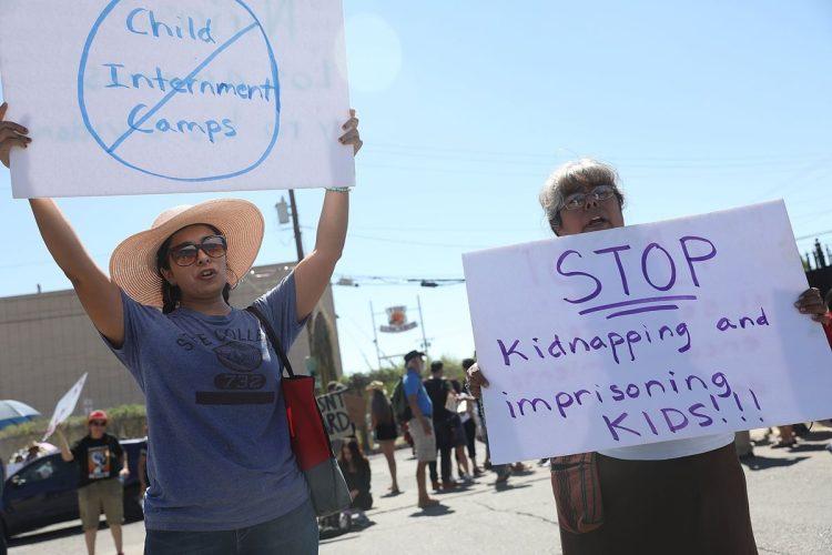 Dentro de las peticiones, los manifestantes piden que se deje de secuestrar y separar a las familias de inmigrantes.