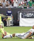 Carlos Bacca (centro) remata al arco y vence a Tim Howard para anotar el 1-0 de Colombia. (Foto Prensa Libre: AFP).