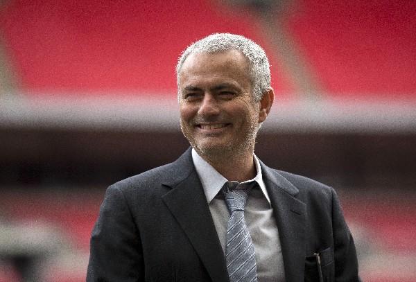 Luego de su paso por el Chelsea, José Mourinho dirigirá la próxima temporada al Manchester United. (Foto Prensa Libre: AP)