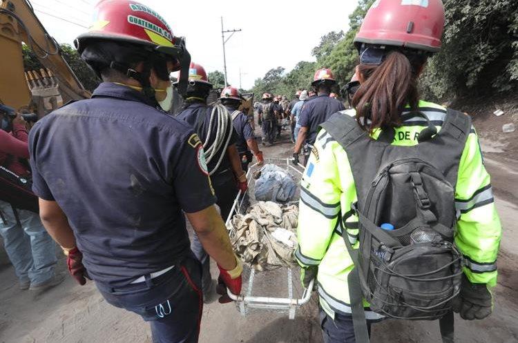 Bomberos han sido protagonistas en tragedias. En la foto, el rescate de víctimas de la erupción del Volcán de Fuego. (Foto Prensa Libre: Hemeroteca PL)