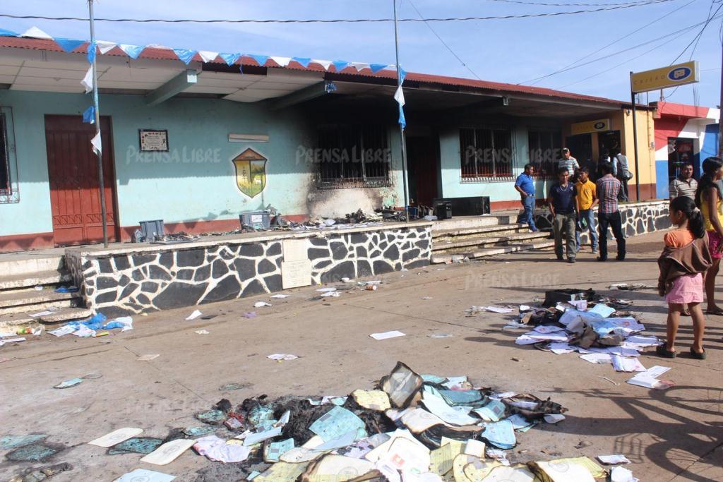 Algunas de las papeletas que fueron quemadas frente a la Municipalidad de Conguaco, Jutiapa. (Foto Prensa Libre: Hemeroteca PL)